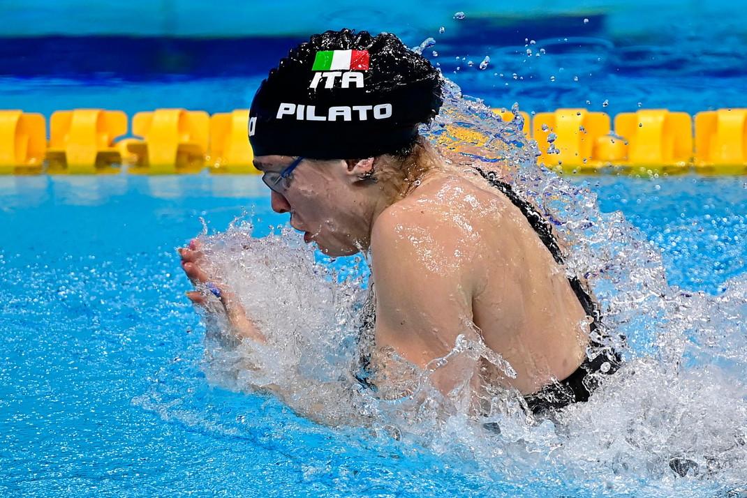 Arrivano altre medaglie azzurre nell&rsquo;ultima giornata degli Europei di nuoto di Budapest. Nella finale dei 50 rana femminile Benedetta Pilato, autrice del record del mondo nella semifinale con il tempo di 29&quot;30, si prende meritatamente l&rsquo;oro, seppur andando 5 centesimi pi&ugrave; &ldquo;lenta&rdquo; di 24 ore fa. Stessa medaglia per Margherita Panziera, nei 200 dorso, e per Simona Quadarella, nei 400 stile libero: per lei &egrave; tris d&#39;oro.<br /><br />