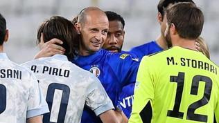 Allo Stadiuml'abbraccio tra Allegri e Pirlo: in gioco il futuro della Juve