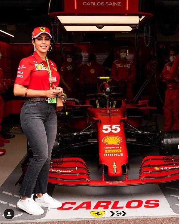 Spettacolo nello spettacolo nel paddock di F1 a Montecarlo. Nei box Ferrari &egrave; infatti apparsa Georgina, tifosa speciale di Carlos Sainz Jr. Anche Lady Ronaldo ha la Rossa nel cuore...<br /><br />