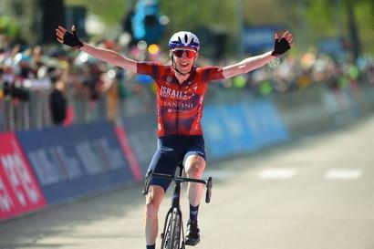 """Daniel Martin ha vinto la tappa 17 del Giro d'Italia, la Canazei-Sega di Ala di 193 km. Egan Bernal è arrivato al traguardo dopo 1'23""""."""