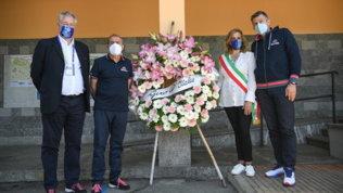Il Giro omaggia le vittime del Mottarone. Premi di tappaal piccolo Eitan