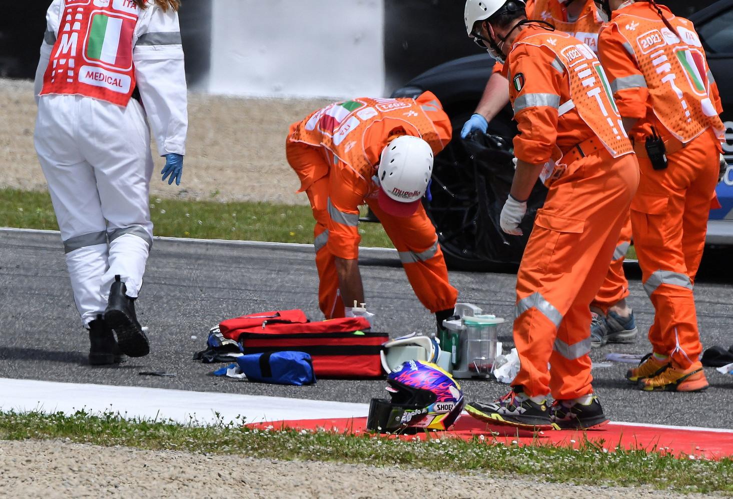 Versa in condizioni molto serie, con ferite gravi, il pilota svizzero Jason Dupasquier, vittima nel pomeriggio di un grave incidente nel corso delle qualifiche di Moto3. Il 19enne &egrave; stato trasportato all&#39;ospedale Careggi di Firenze in elicottero dove sar&agrave; sottoposto a degli interventi chirurgici.<br /><br />