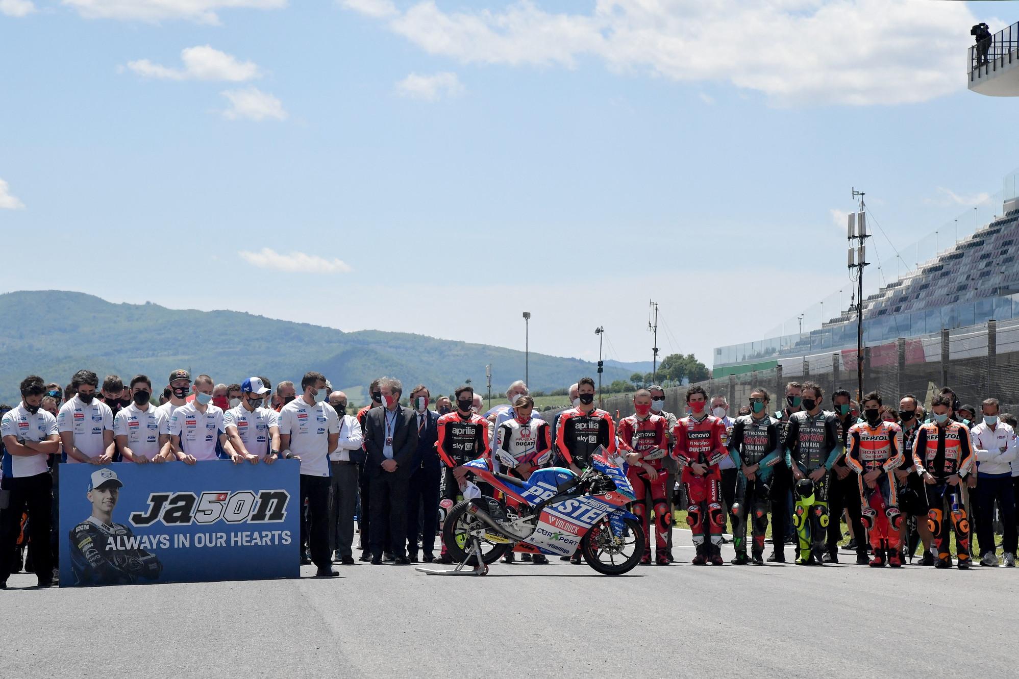 La MotoGP&nbsp;ha osservato un minuto di silenzio in ricordo di Jason Dupasquier, il pilota svizzero della Moto3 deceduto questa mattina a seguito delle gravissime lesione subite nell&#39;incidente durante le qualifiche di ieri. Sulla griglia di partenza, prima del via della gara, tutti i piloti si sono schierati in silenzio ricordando il 19enne con un cartello raffigurante la sua foto e la scritta &#39;Sempre nei nostri cuori&#39;.&nbsp;<br /><br />