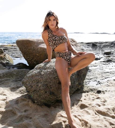 Elisabetta Canalis&nbsp;sceglie lo stile&nbsp;leopardato per il nuovo bikini: la foto su Instagram della showgirl fa il pieno di like.<br /><br />