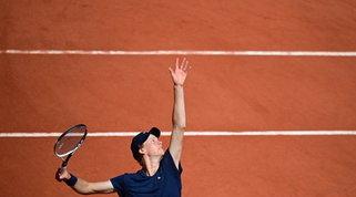 Roland Garros: Sinner soffre, ma vola al secondo turno. Impresa Musetti