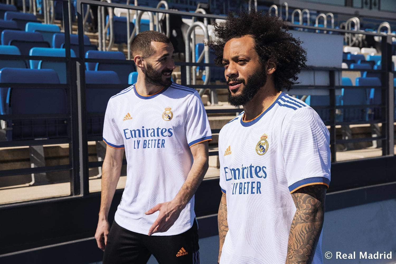 ll Real Madrid ha ufficialmente presentato la nuova prima maglia che i giocatori indosseranno nella prossima stagione. Al tradizionale colore bianco si accompagnano il blu e l&#39;arancione, che si accostano al moderno girocollo e alle maniche. In arancione anche il logo mentre&nbsp;lo sponsor e le tre strisce Adidas&nbsp;sono di colore blu. Il design della maglia simboleggia&nbsp;la comunit&agrave; dei madrileni, rappresentata da una sottile grafica a spirale ispirata al carattere Cibeles, dove i tifosi celebrano i titoli della squadra.&nbsp;<br /><br />
