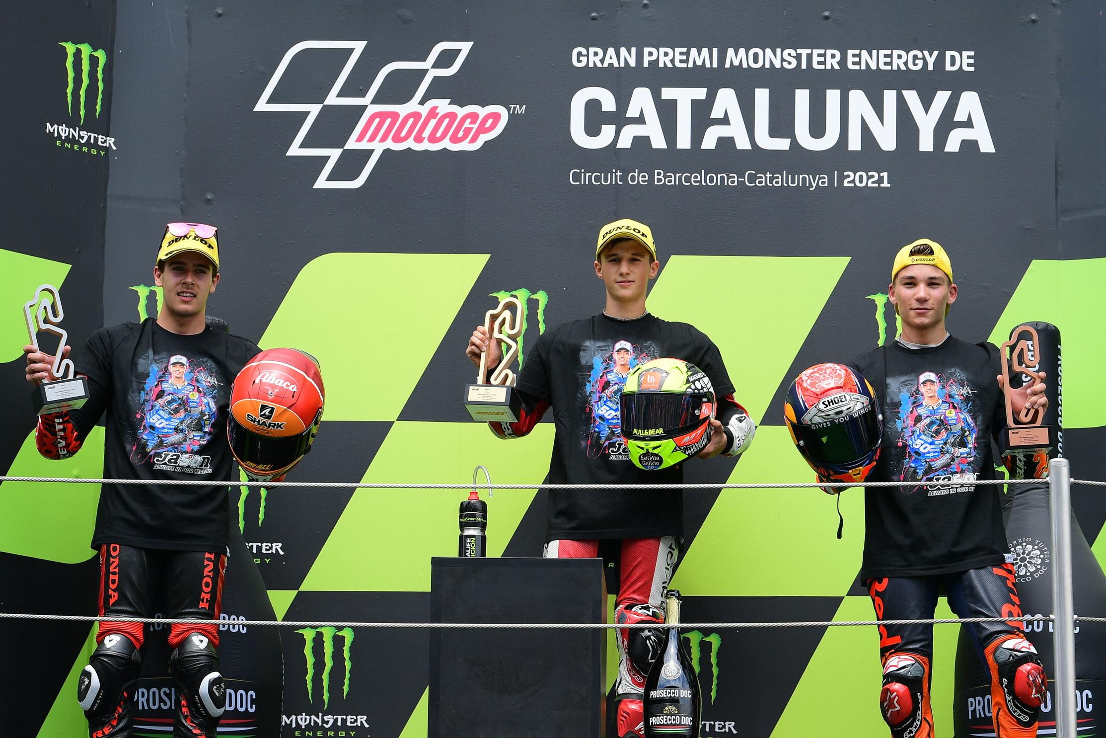 Sul podio della Moto3 al gran premio di Catalogna i piloti hanno indossato una maglietta per ricordare Jason Dupasquier, il 19enne centauro svizzero morto domenica scorsa dopo un incidente in pista al Mugello. Il vincitore della corsa di Barcellona Sergio Garcia, insieme con il secondo Jeremy Alcoba e il terzo classificato Deniz Oncu sono saliti sul podio vestendo una maglietta con l&#39;immagine del loro sfortunatissimo collega. Gesto poi imitato da Oliveira con Zarco e Miller in MotoGP e dai piloti della Moto2, Gardner, Fernandez e Vierge.<br /><br />