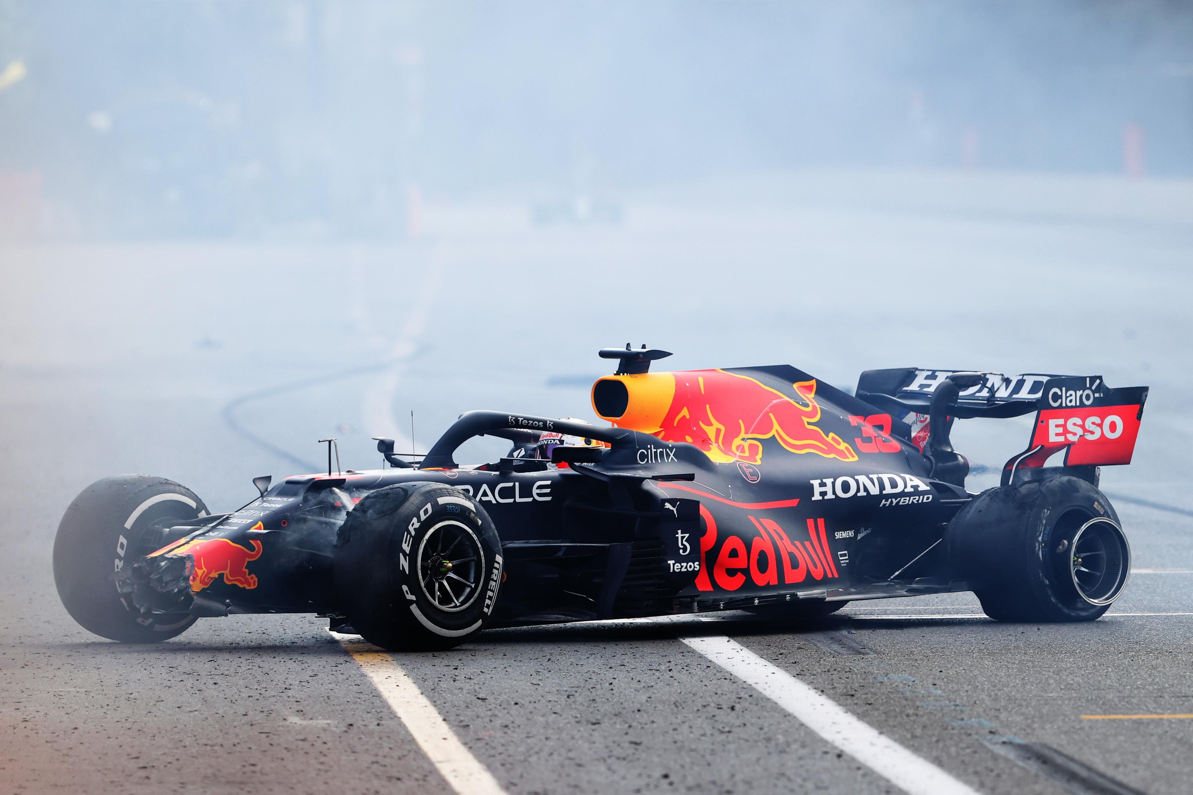 L&#39;olandese della Red Bull a muro a cinque giri dalla bandiera a scacchi dopo una gara da leader assoluto, tradito dal cedimento dello pneumatico posteriore sinistro in pieno rettilineo. L&#39;errore di Hamilton alla ripartenza del GP rende meno amaro il ko tecnico in ottica mondiale.<br /><br />