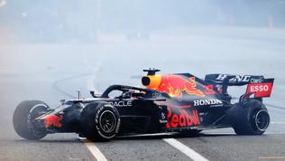 Verstappen, che botto! A muro dopo una gara da leader