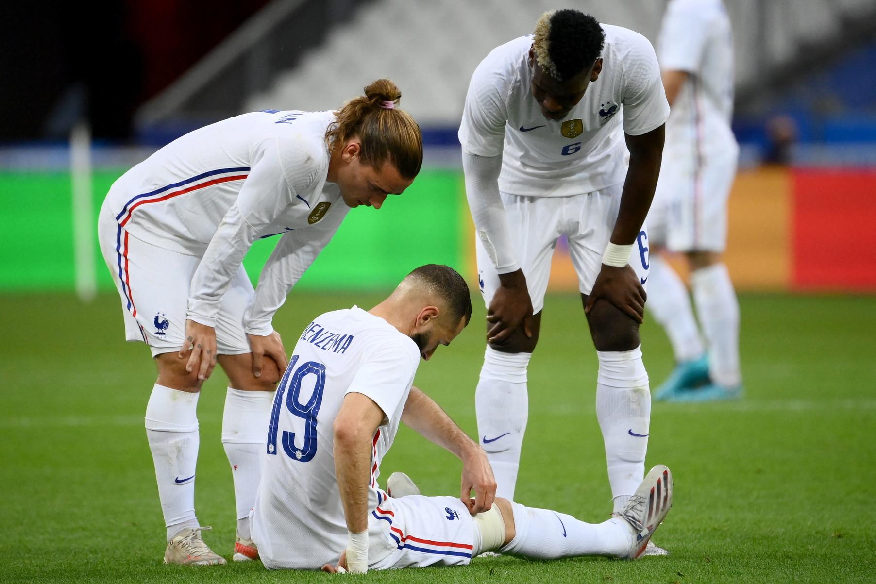 Allarme Benzema in casa Francia: l&#39;attaccante si &egrave;&nbsp;infortunato alla gamba destra nel corso del primo tempo dell&#39;amichevole contro la Bulgaria allo Stade de France, ultimo test in vista di Euro 2020. Il giocatore del Real Madrid &egrave;&nbsp;rimasto fermo a terra dopo essere caduto in seguito ad un contrasto. Dopo le cure mediche, con una fasciatura attorno alla coscia, Benzema&nbsp;&egrave;&nbsp;rientrato in campo ma dopo qualche minuto ha chiesto la sostituzione toccandosi la zona tra coscia e ginocchio. Al suo posto, al 40&#39;, &egrave;&nbsp;entrato al Giroud. Il ct&nbsp;Deschamps si &egrave; dimostrato&nbsp;ottimista: &quot;Ha preso una bella botta, lo abbiamo sostituito per non prendere rischi&quot;. La Francia giocher&agrave; la prima partita tra una settimana, contro la Germania.<br /><br />