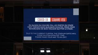 Djokovic-Berrettini in campo, ma il pubblico esce per il coprifuoco