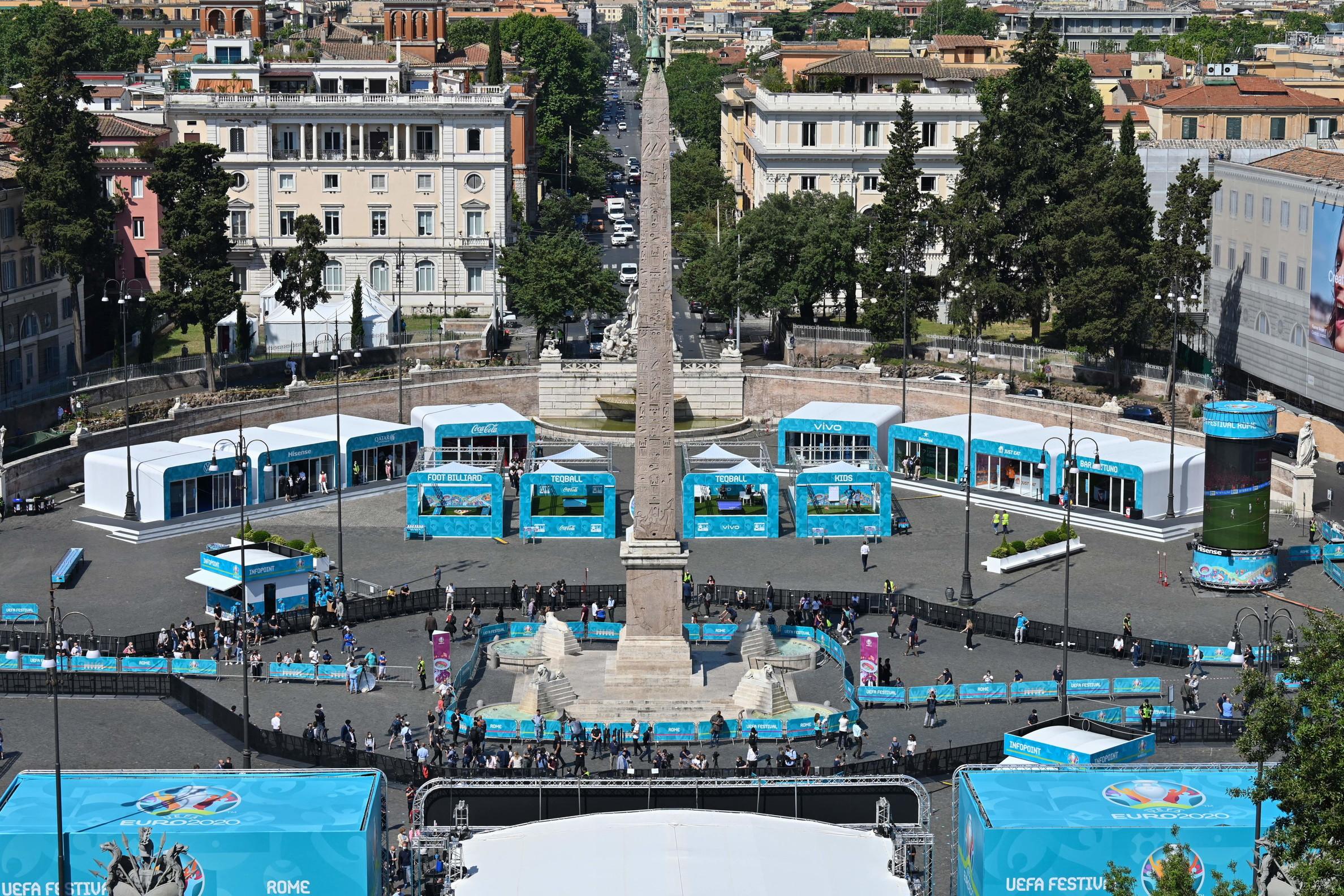 In Piazza del Popolo a Roma ha aperto i battenti la Fanzone Uefa, la pi&ugrave;&nbsp;grande di questo Europeo. &quot;&Egrave; una ripartenza grandiosa, Roma &egrave;&nbsp;la citt&agrave;&nbsp;della ripartenza. Siamo orgogliosi di ospitare Uefa Euro 2020. Abbiamo passato un anno duro. Ora guardiamo avanti. Ci stiamo mettendo tutto per costruire un presente e un futuro sicuro&quot;, ha detto Virginia Raggi, Sindaca di Roma all&#39;inaugurazione dell&#39;Uefa Festival in piazza del Popolo dove era presente anche il presidente della Figc Gabriele Gravina. Poi ha aggiunto: &quot;La cosa migliore &egrave;&nbsp;che si riapre ai tifosi sempre nel rispetto delle norme covid. I romani sono stati bravissimi. Per fare qualcosa di sicuro abbiamo deciso di estendere la fan zone a vari punti in citt&agrave;. Questo &egrave;&nbsp;lo spirito giusto per ripartire. Ora tifiamo Italia, un grande in bocca al lupo alla nazionale&quot;.<br /><br />