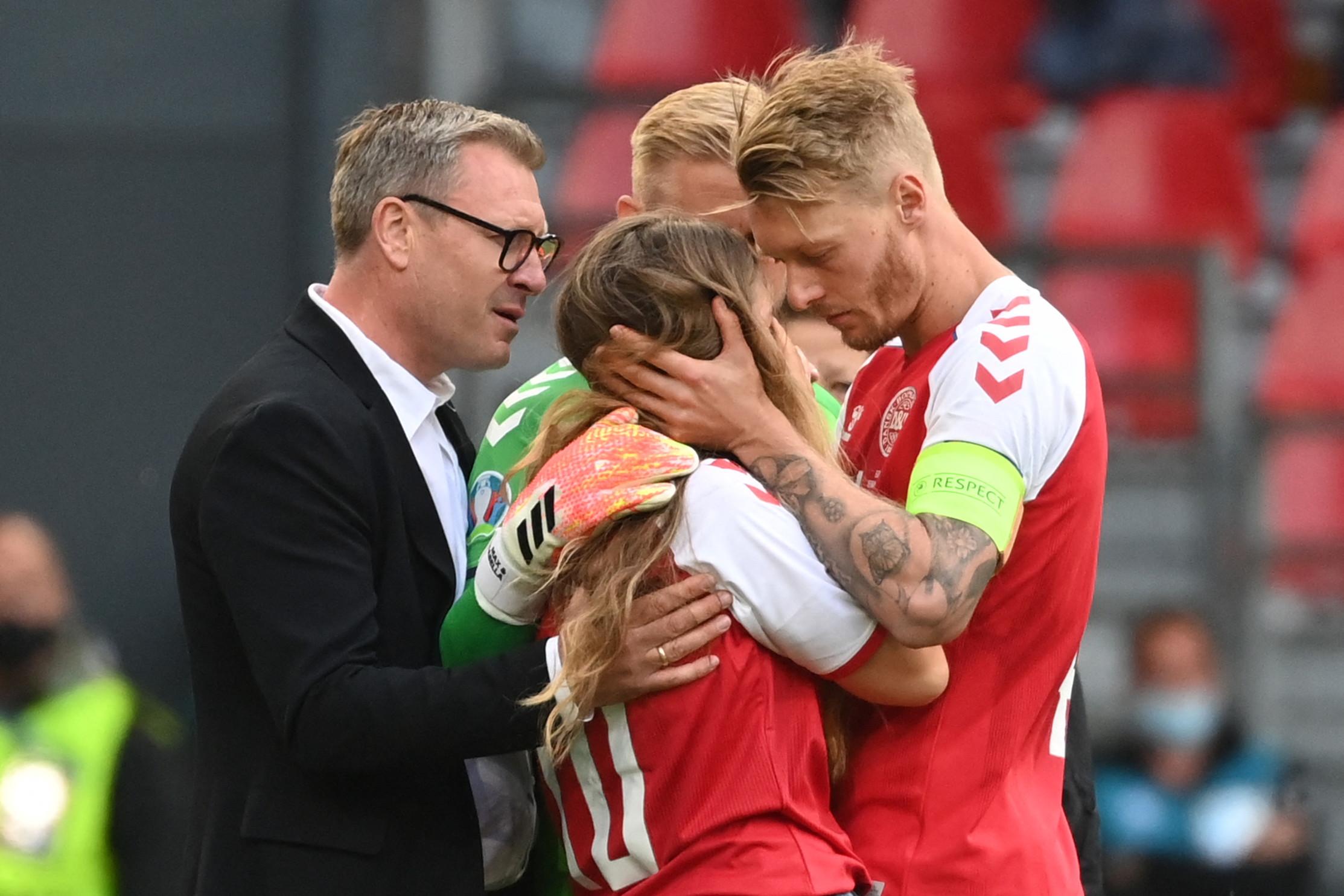 Subito dopo il malore di Eriksen, al&nbsp;Parken Stadium&nbsp;&egrave; scesa subito in campo in lacrime la moglie del giocatore, Sabrina Kvist Jensen. Incontro le &egrave; subito andato&nbsp;Schmeichel che l&#39;ha abbracciata e rincuorata insieme a Kjaer.&nbsp;<br /><br />