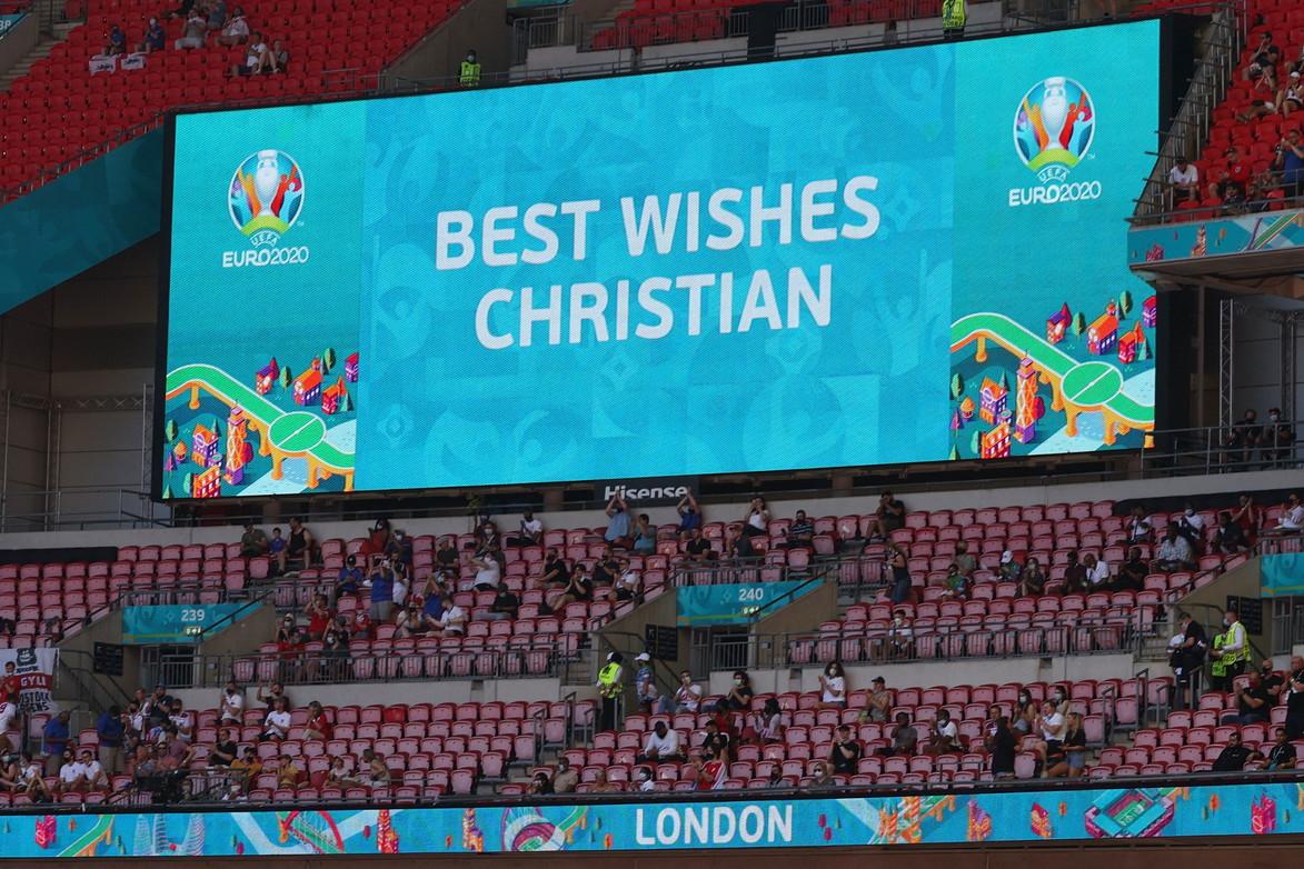 Inghilterra-Croazia di Euro 2020&nbsp;si &egrave; aperta con un messaggio per Eriksen, dopo il grande spavento del malore e del ricovero in ospedale: &quot;I migliori auguri, Christian&quot; ha mostrato il tabellone dello stadio Wembley. Sugli spalti anche un tifoso del Tottenham con la maglia che fu del danese, ora giocatore dell&#39;Inter. A lui dedicato pure uno striscione esposto dalla Svezia durante l&#39;allenamento odierno: &quot;K&auml;mpa&nbsp;Christian&quot; (lotta, Christian).<br /><br />