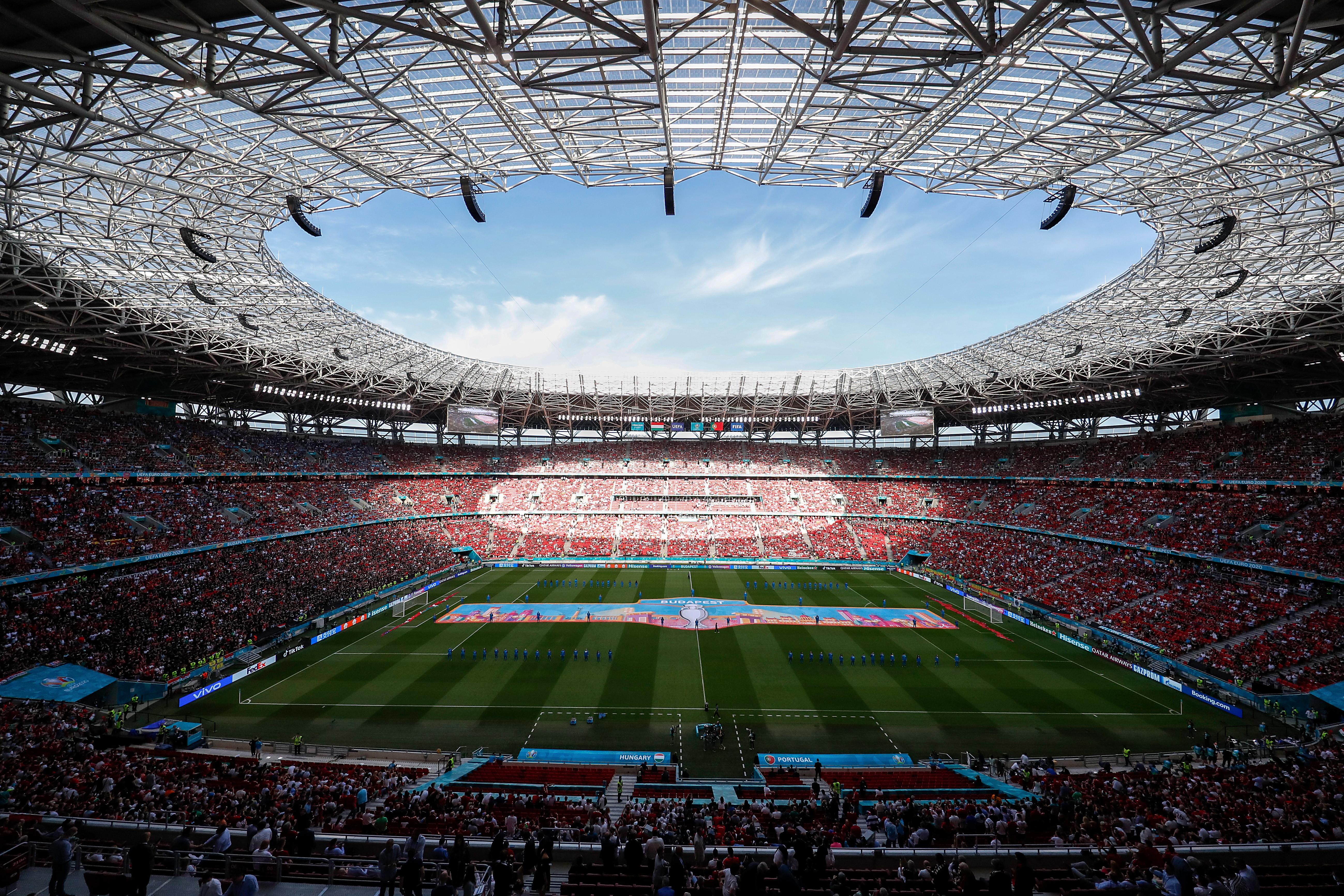 Prima volta di uno stadio pieno post pandemia. Alla Puskas Arena 60mila persone ad assistere al match degli Europei Ungheria-Portogallo. Per accedere era necessario un tampone o il vaccino.<br /><br />