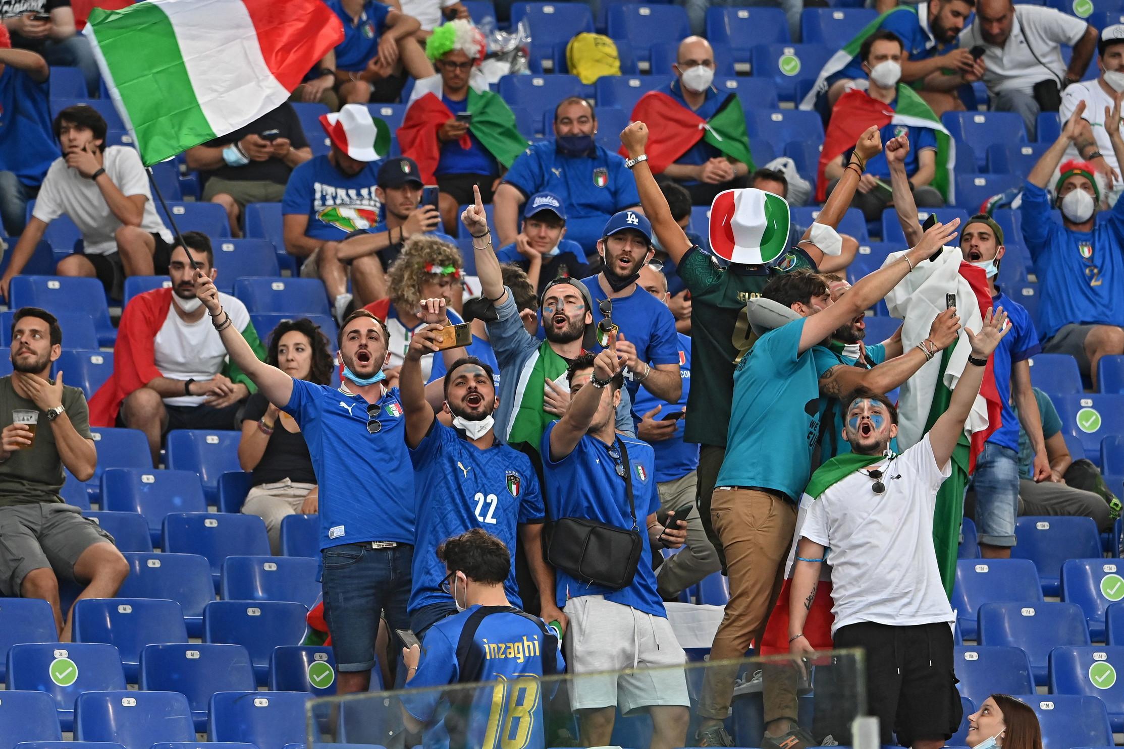 Un autentico boato ha accolto gli Azzurri di Roberto Mancini al loro ingresso in campo per il riscaldamento, prima della partita contro la Svizzera a Euro 2020. Sugli spalti circa 16mila gli spettatori, con una nutrita e colorata presenza elvetica.&nbsp;<br /><br />
