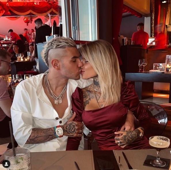 Dopo alcuni mesi di tira e molla, Zoe Cristofoli e il terzino del Milan Theo Hernandez sono tornati insieme. La conferma &lsquo;ufficiale&rsquo; arriva dai social: prima una storia della modella, ora la foto postata dal francese dei rossoneri, che su Instagram ha pubblicato la foto di un bacio e ha sacritto: &quot;Sii felice che la vita &egrave; corta. &quot;Ti amo&quot;, la risposta di Zoe.<br /><br />