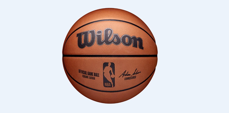 Wilson Sporting Goods Co., in collaborazione con la National Basketball Association (NBA), ha presentato oggi il nuovo pallone ufficiale della lega in vista della stagione del 75esimo anniversario dell&rsquo;NBA. La diffusione della notizia certifica la nascita di una partnership pluriennale e rid&agrave; il benvenuto a Wilson, primo produttore di palloni da basket per l&rsquo;NBA.<br /> Il pallone ufficiale da gioco Wilson &egrave; composto dagli stessi materiali, la stessa configurazione a otto pannelli, uguali specifiche di performance e utilizza la stessa pelle degli attuali palloni da basket dell&rsquo;NBA. Nell&rsquo;ultimo anno, l&#39;NBA e la National Basketball Players Association (NBPA) hanno collaborato con Wilson per sviluppare e poter approvare i nuovi palloni da basket attraverso una serie di sessioni di valutazione. Il pallone da gioco presenta i loghi iconici dell&rsquo;NBA e di Wilson in ghiaia, con il logo Wilson che include anche una linea antracite.<br /><br />  &nbsp;<br /><br />
