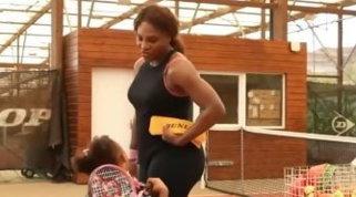 Serena, l'erede è in casa: insegna alla figlia Olympia a giocare a tennis