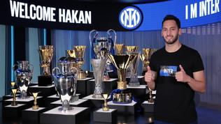 Inter, ufficiale Calhanoglu: le foto nella sala dei trofei