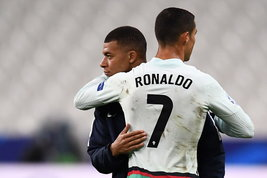 Ronaldo-Mbappé: la sfida più attesasul campo e nel mercato