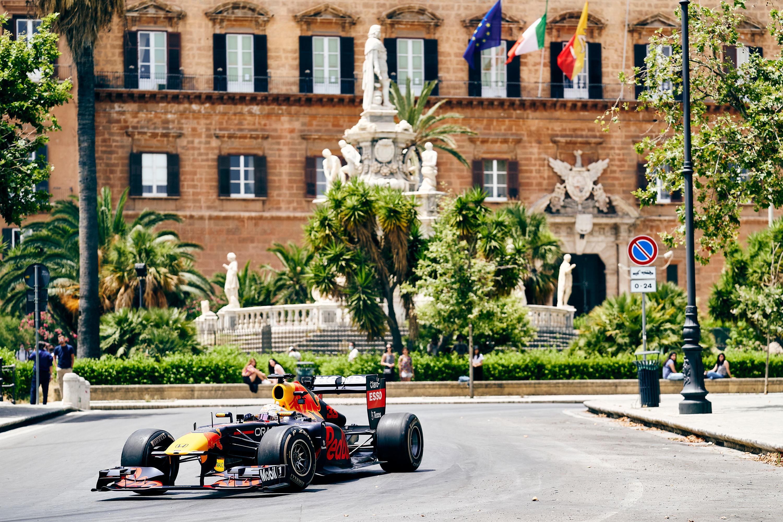 Per Palermo questi ultimi giorni sono stati davvero unici. La citt&agrave; si &egrave; infatti trasformata in un vero e proprio set cinematografico a cielo aperto. Per quattro giorni il rombo del motore di una monoposto di Formula 1&nbsp;del team&nbsp;Red Bull Racing Honda &egrave; risuonato per le strade e nei luoghi pi&ugrave; iconici del capoluogo siciliano, scelto come location di una speciale produzione video, ancora assolutamente top secret. Un omaggio motoristico alla straordinaria bellezza di Palermo e dei suoi contrasti, reso possibile grazie alla grande collaborazione dimostrata dall&rsquo;amministrazione locale e da tutta la cittadinanza. (credit Campelli / Seghizzi / Red Bull Content Pool)<br /><br />
