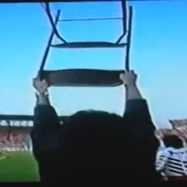 Torino-Ajax, 1992: la finale d'andata di Coppa Uefa, al Delle Alpi, finisce 2-2, al ritorno è solo 0-0. Lancieri campioni, Mondonico alza al cielo una sedia come a volersi scagliare contro gli dei del calcio.