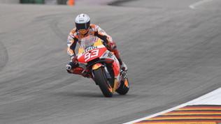 Pericoloso highside per Marquez, apprensione in FP2