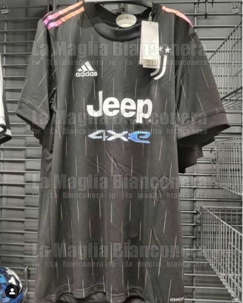 L&#39;account Instagram La Maglia Bianconera ha svelato in anteprima la seconda maglia per il prossimo anno della Juventus, che dovrebbe essere nera. In una foto postata sui social, infatti, si vede la prima immagine reale della maglia away dei bianconeri per la stagione 2021/22. Casacca nera e strisce sulle spalle che vanno dall&#39;arancione al rosa, logo e sponsor saranno in bianco come il main sponsor.<br /><br />