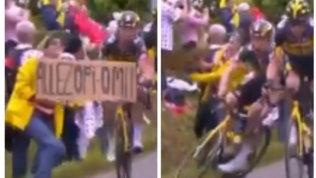Tour de France: maxi caduta di gruppo per colpa di uno spettatore