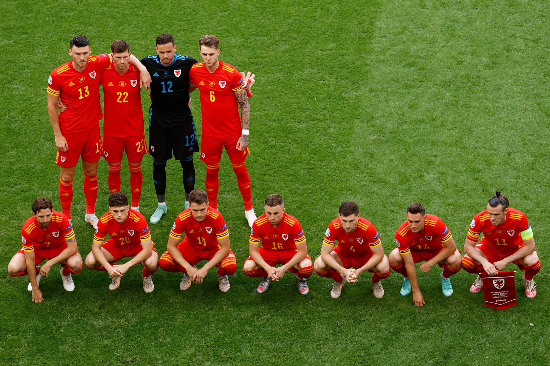 Come ormai loro abitudine da tempo, anche nel match perso per 4-0 contro la Danimarca i giocatori del Galles hanno posato per la consueta foto di squadra in forma asimmetrica. Una tradizione iniziata nel 2016 e che, fino a questo momento, aveva portato fortuna alla nazionale allenata attualmente dal Ct Page.<br /><br />