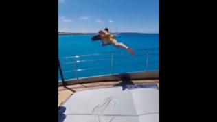 """Ibra, tuffo acrobatico dallo yacht dopo l'intervento al ginocchio: """"Si vola"""""""
