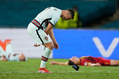 Grande delusione per Cristiano Ronaldo, che con il suo Portogallo campione in carica&nbsp;dice addio a Euro 2020 dopo la sconfitta con il Belgio negli ottavi di finale. Prima il gesto di stizza, gettando a terra la fascia di capitano, poi il bell&#39;abbraccio con il rivale Romelu Lukaku.<br /><br />