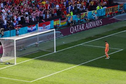 L&#39;ottavo di finale tra Croazia e Spagna si &egrave; sbloccato al 20&#39; a causa di una clamorosa papera di Unai Simon. Il portiere spagnolo, infatti, non &egrave; riuscito a controllare un retropassaggio di Pedri e il pallone si &egrave; mestamente infilato alle sue spalle. Immediate le scuse del numero 1 dell&#39;Athletic Bilbao prontamente rincuorato dal compagno Azpilicueta.<br /><br />