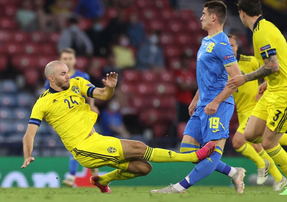 Duro intervento di&nbsp;Marcus Danielson su&nbsp;Artem Bjesjedin&nbsp;nel primo tempo supplementare di Svezia-Ucraina: il difensore svedese entra sul ginocchio sinistro dell&#39;attaccante ucraino che rimane a terra dolorante. Orsato ammonisce Danielson ma viene chiamato al VAR: osservata l&#39;entrataccia al replay, l&#39;arbitro italiano converte il cartellino da giallo a rosso.<br /><br />