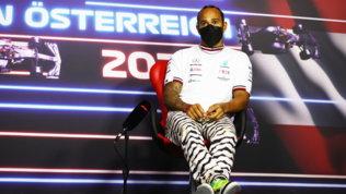 """Hamilton: """"Colmare divario con Red Bull""""   Verstappen: """"Vietato sgommare? Mi adeguo"""""""