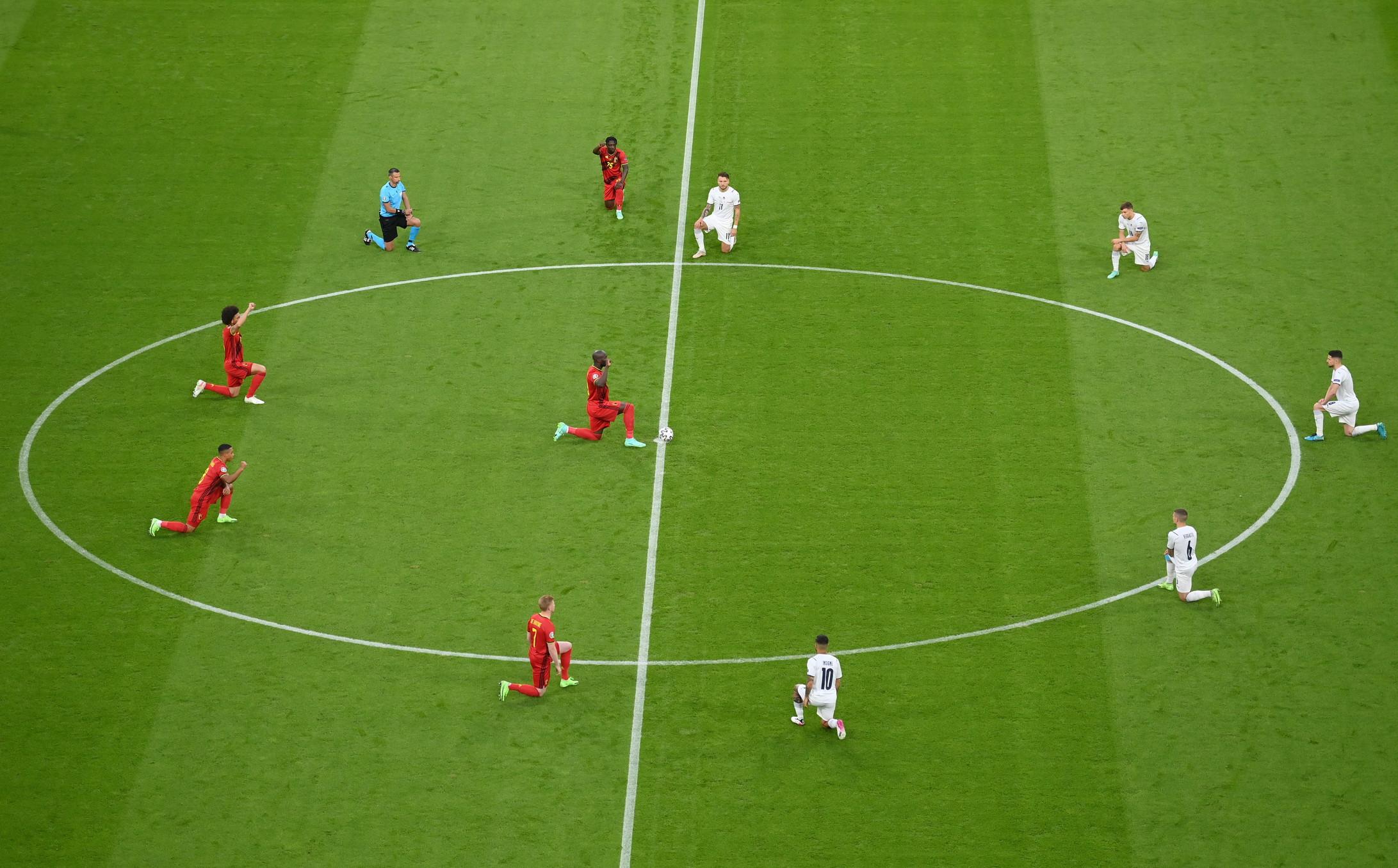 I giocatori di Italia e Belgio si sono inginocchiati al centro del campo prima della partita alla Football Arena di Monaco, valida per i quarti di finale di Euro 2020, in sostegno al movimento Black Lives Matter e contro ogni forma di discriminazione. &Egrave; la prima volta che gli&nbsp;Azzurri si inginocchiano tutti insieme prima di una partita: contro il Galles lo avevano fatto soltanto Belotti, Bernardeschi, Emerson, Pessina e Toloi. Il Belgio &egrave;&nbsp;una delle tre squadre, insieme a Inghilterra e Galles, che si &egrave;&nbsp;sempre inginocchiata prima delle partite.<br /><br />