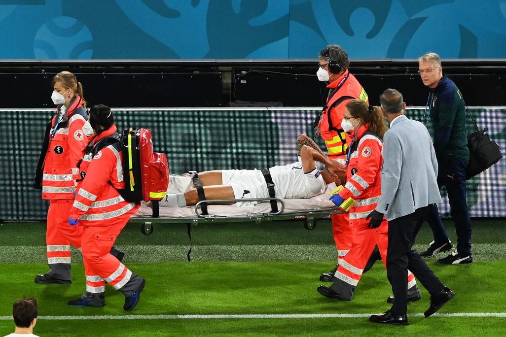 Europeo finito per Leonardo Spinazzola, uno dei grandi protagonisti dell&#39;Italia a Euro 2020. Il giocatore &egrave; uscito in barella in lacrime nel corso della partita contro il Belgio. L&#39;esterno della Roma si &egrave; infortunato intorno al 75&#39; scattando su una palla lunga. Secondo quanto si &egrave; appreso subito dopo la sua uscita dal campo, il laterale avrebbe riportato&nbsp;la rottura del tendine d&#39;Achille. &quot;Ci sono segni clinici di lesione al tendine d&#39;Achille sinistro&quot;, ha fatto sapere la Federcalcio. Si parla di uno stop di circa sei mesi.&nbsp;<br /><br />