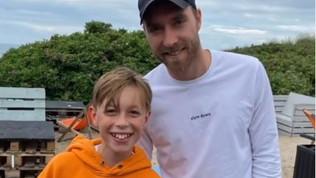 Eriksen, relax in spiaggia in Danimarca: la foto col giovane tifoso