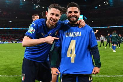 L&#39;Italia &egrave; in finale e gli Azzurri hanno dedicato la vittoria contro la Spagna al grande assente per infortunio Leonardo Spinazzola. Lorenzo Insigne ha indossato la maglia dell&#39;esterno che si &egrave; rotto il tendine d&#39;Achille contro il Belgio. Ora il giocatore della Roma &egrave; atteso a Wembley per l&#39;ultimo atto.&nbsp;<br /><br />