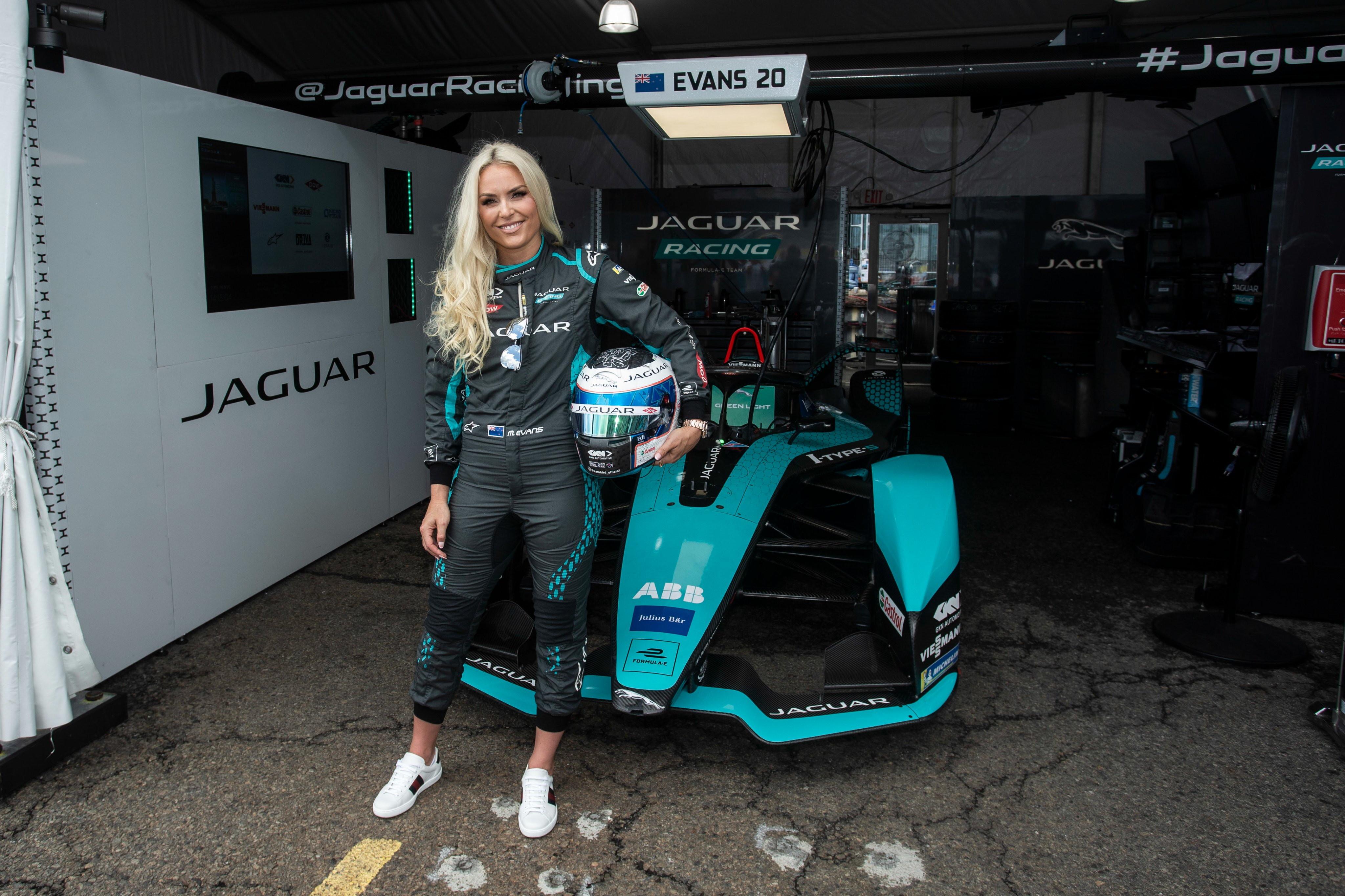 Ospite a sorpresa nei box della Jaguar Racing a New York: Lindsey Vonn. L&#39;ex sciatrice americana, quattro coppe del mondo generale e un oro olimpico, ha indossato la tuta posando di fianco alla Formula E britannica, tanto che il team ha voluto scherzare sui social: &quot;Confermato, ecco il nostro terzo pilota. Benvenuta Lindsey&quot;.<br /><br />