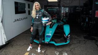 """Ecco il nostro terzo pilota"": Lindsey Vonn nei box Jaguar a New York"