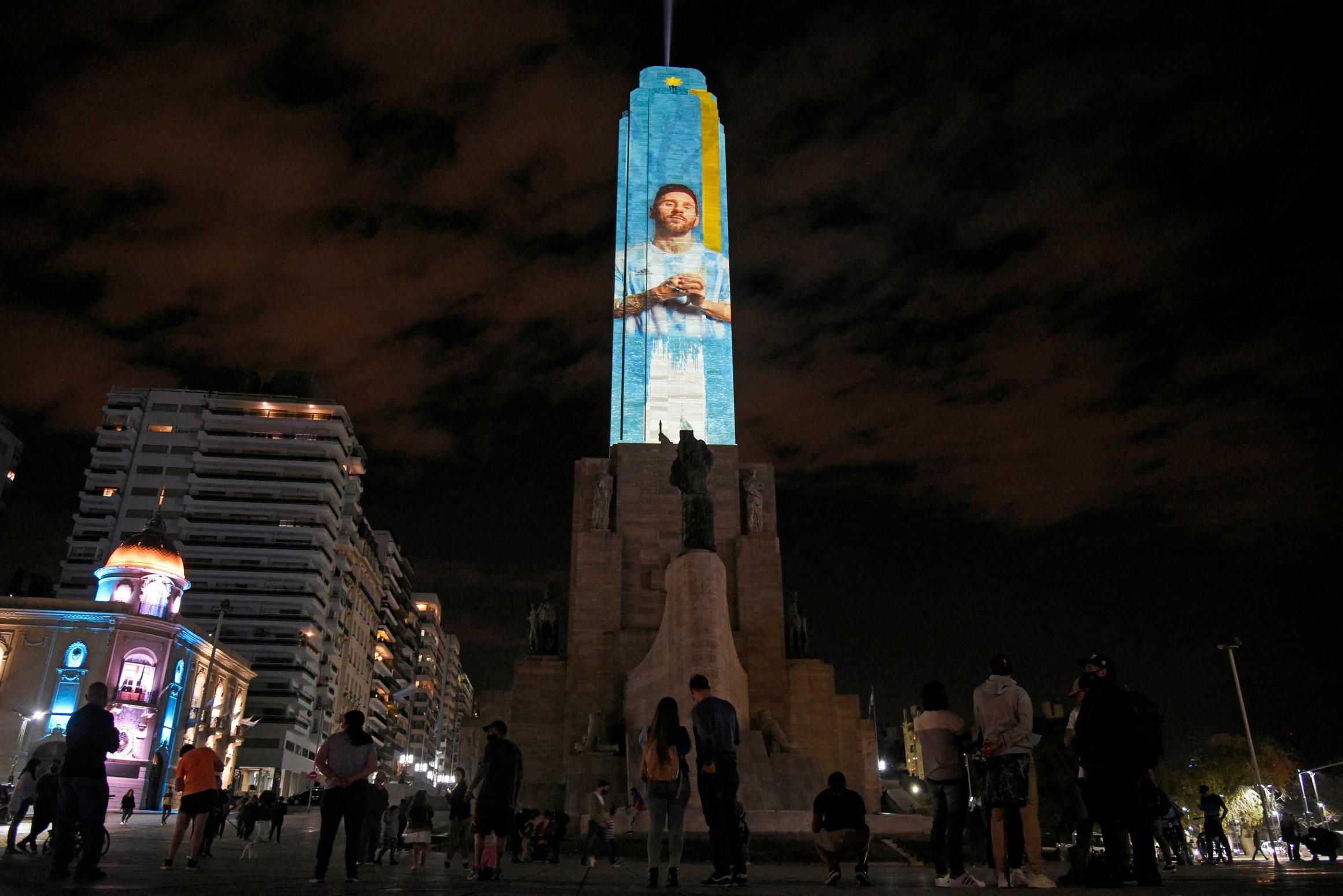 Rosario, la citt&agrave; natale di Lionel Messi, ha svelato un tributo alto 70 metri al capitano dell&#39;Argentina alla vigilia della finale di Copa America contro il Brasile. In un evento speciale per celebrare l&#39;ultimo atto, un&#39;immagine del numero 10 che indossa la maglia dell&#39;Argentina &egrave; stata proiettata sul Monumento storico nazionale alla Bandiera.<br /><br />