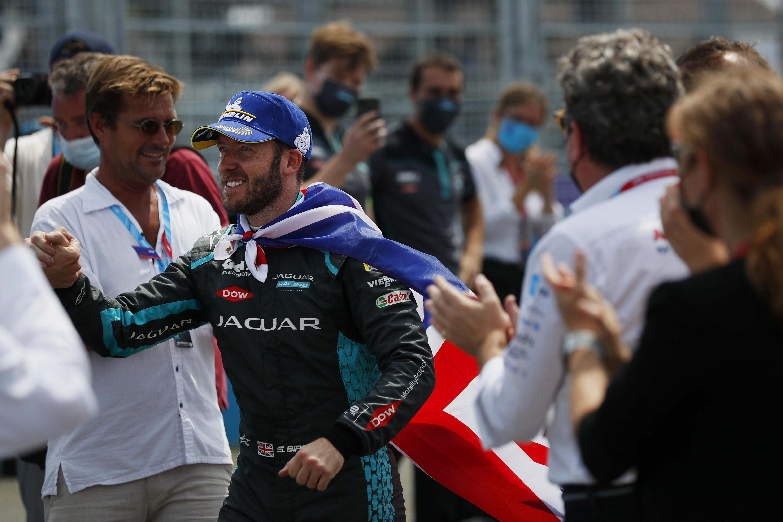 Il pilota britannico, che ha conquistato il secondo successo stagionale, ha festeggiato indossando la maglia dei Tre Leoni<br /><br />