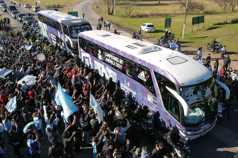 Rientro trionfale per l&#39;Argentina, accolta dai tifosi a Buenos Aires dopo la vittoria della Copa America contro il Brasile: la coppa era attesa 28 anni. In seguito Messi e Di Maria si sono staccati dal gruppo per fare ritorno a casa, a Rosario, dove hanno ritrovato le rispettive famiglie.<br /><br />