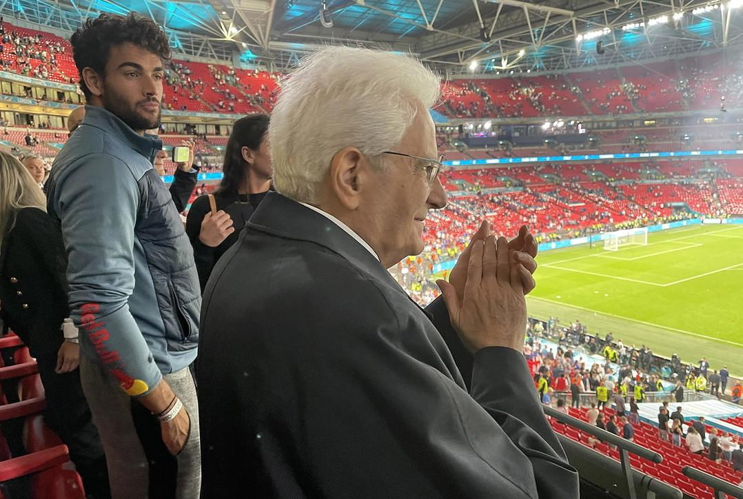 Sergio Mattarella a Wembley come Sandro Pertini al Bernabeu nel 1982. L&rsquo;immagine dell&rsquo;esultanza del Capo dello Stato, con le braccia in aria e un sorriso felice, &egrave; gi&agrave; l&rsquo;immagine simbolo del trionfo degli Azzurri a Euro 2020.&nbsp;<br /><br />