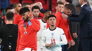 """Inno fischiato, medaglie """"rifiutate"""": Inghilterra, dov'è la sportività?"""