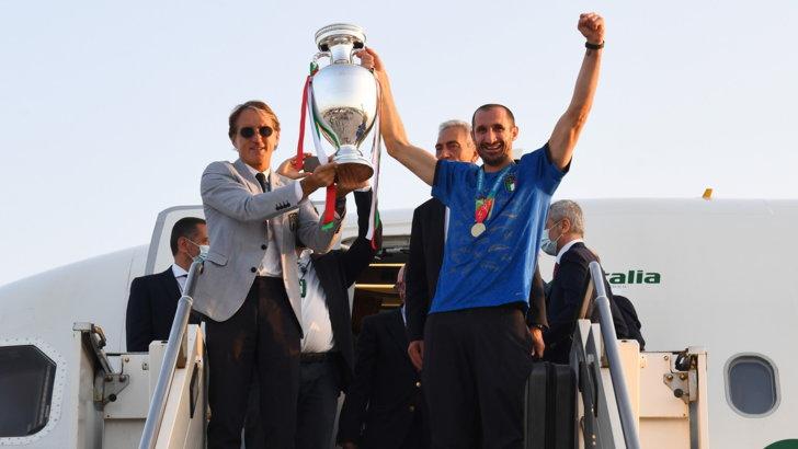 Mattarella, Draghi e bagno di folla: a Roma la festa per gli Azzurri