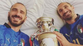 """Bonucci e Chiellini a letto con la coppa: """"La proteggiamo noi"""""""