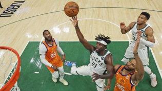 A Phoenix non basta Booker, Milwaukee pareggia la serie: 2-2